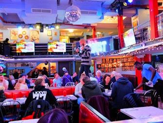 Frokost i New York - Inne på Ellen's Stardust