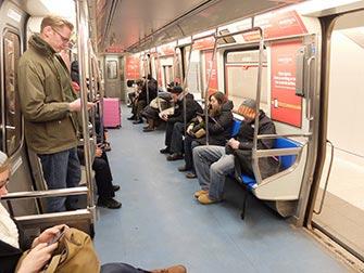 PATH mellom New Jersey og Manhattan - Innsiden av toget