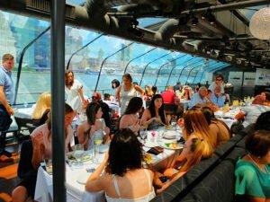 Bateaux cruise med lunsj i New York - Spiser lunsj