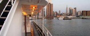 Cruise pa kveldstid i New York