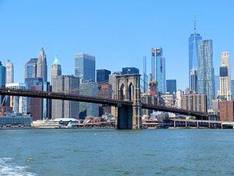 NYC Ferry i New York - Brooklyn Bridge