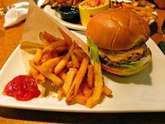Spise ute med barn i New York - Burger hos Fridays