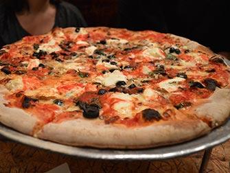 Spise ute med barn i New York - Pizza hos Johns