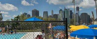 Svømmebasseng i Brooklyn Bridge Park New York